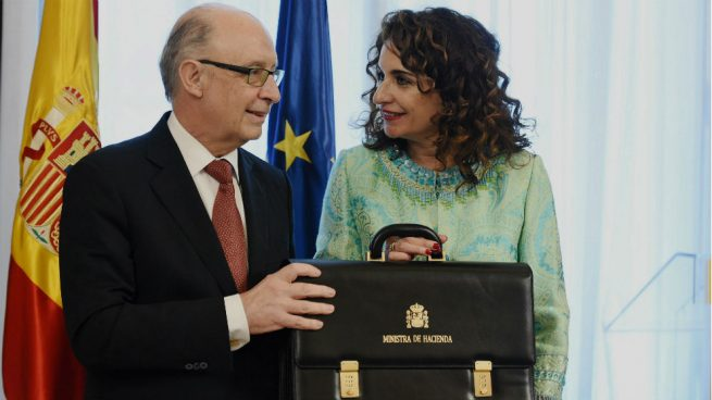 La ministra María Jesús Montero recibe la cartera de Hacienda de manos de su predecesor, Cristóbal Montoro. Foto: EFE