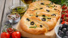 Receta de focaccia de aceitunas italiana fácil de preparar