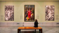 Una visitante en el Museo del Prado contemplando la obra del Expolio de El Greco (Foto. Prado)
