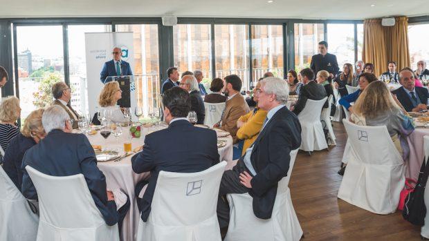 Aldo Olcese dirigiéndose a los invitados del acto de la Asociación Sociedad Civil Ahora, en el Club Financiero Génova.