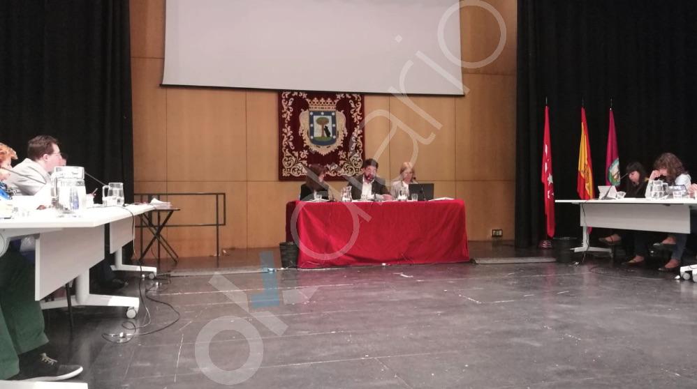 Carlos Sánchez Mato presidiendo el Pleno de Latina sin la fotografía del Rey Felipe.