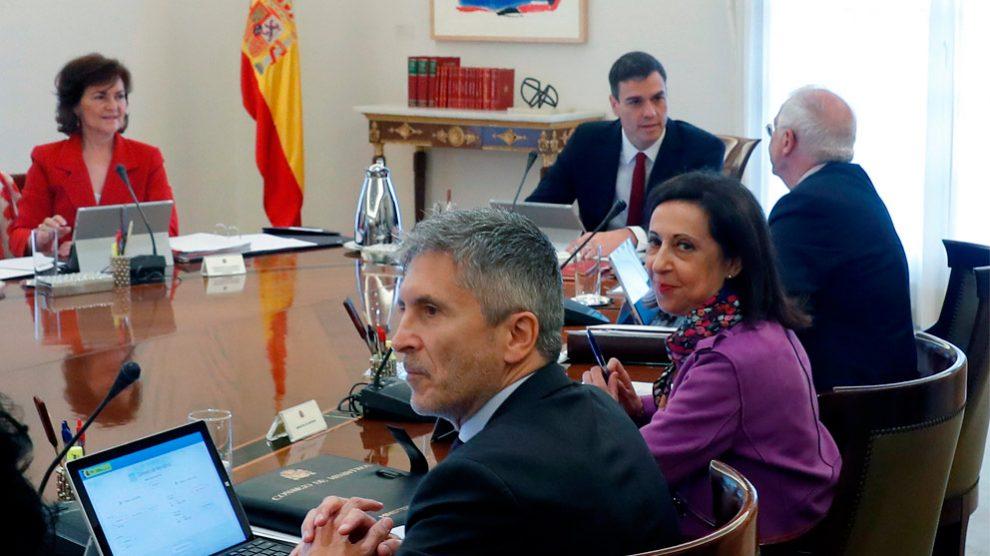 Carmen Calvo, Fernando Grande-Marlaska, Margarita Robles y Josep Borrell en el primer Consejo de Ministros presidido por Pedro Sánchez. (Foto: EFE)