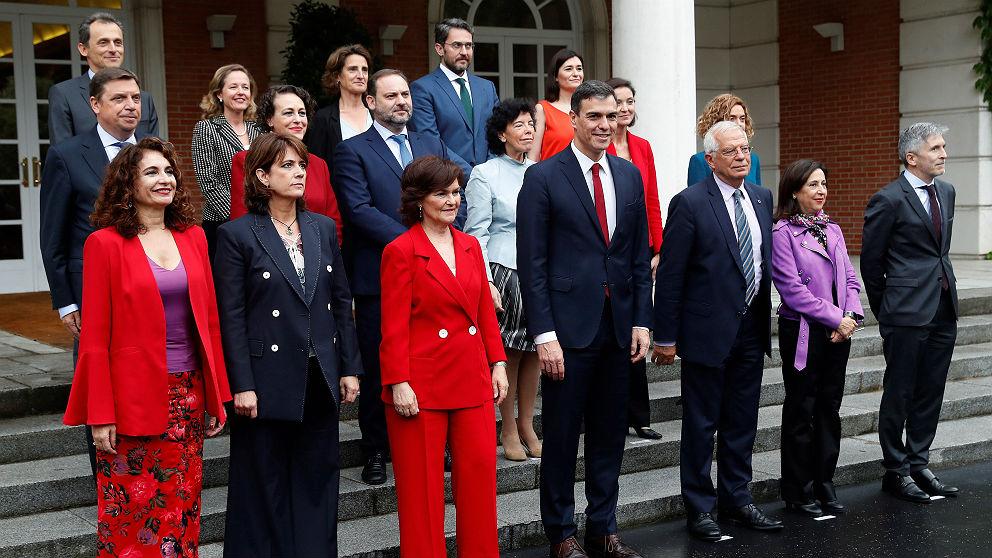 La ministra de Hacienda, María Jesús Montero (izqda.), en primer plano en el posado del Gobierno de Pedro Sánchez. (EFE)