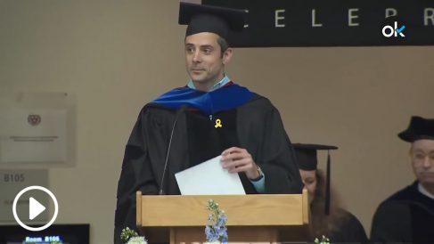 El ingeniero químico Bernat Ollé con un lazo amarillo en un discurso en la Universidad de Harvard