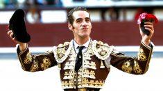 Pepe Moral pasea la oreja cortada este viernes en Las Ventas (Foto: Efe)