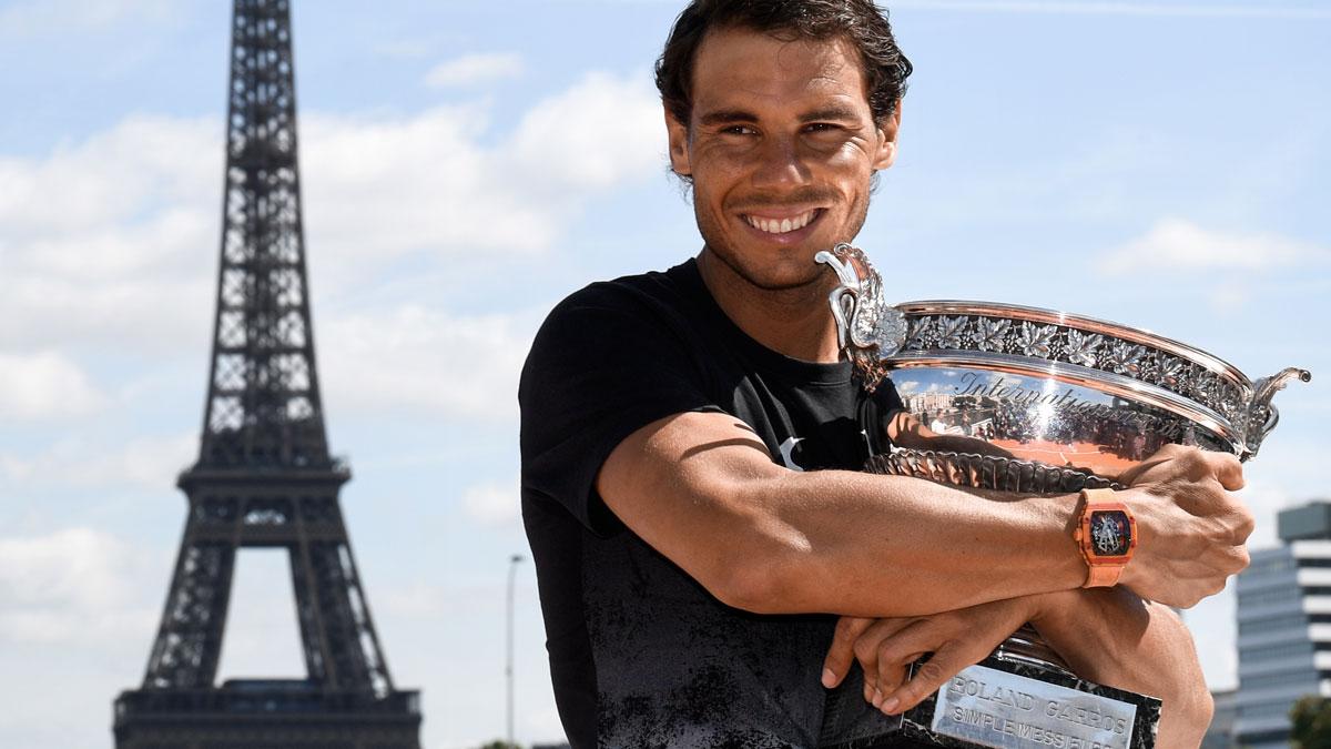 Nadal-posa-con-su-décimo-título-conquistado-en-Roland-Garros,-2017-(AFP)