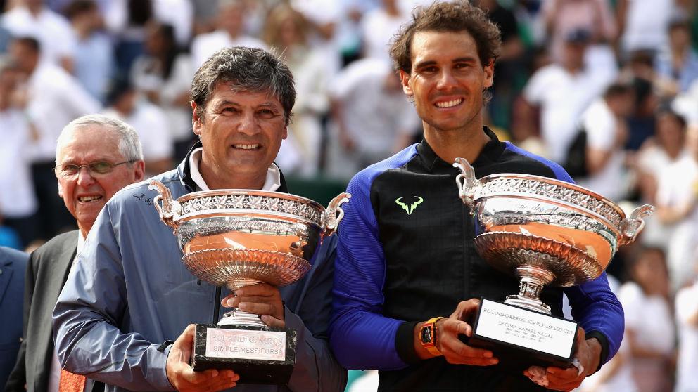 Rafa Nadal, junto a Toni Nadal tras ganar Roland Garros 2017. (Getty)