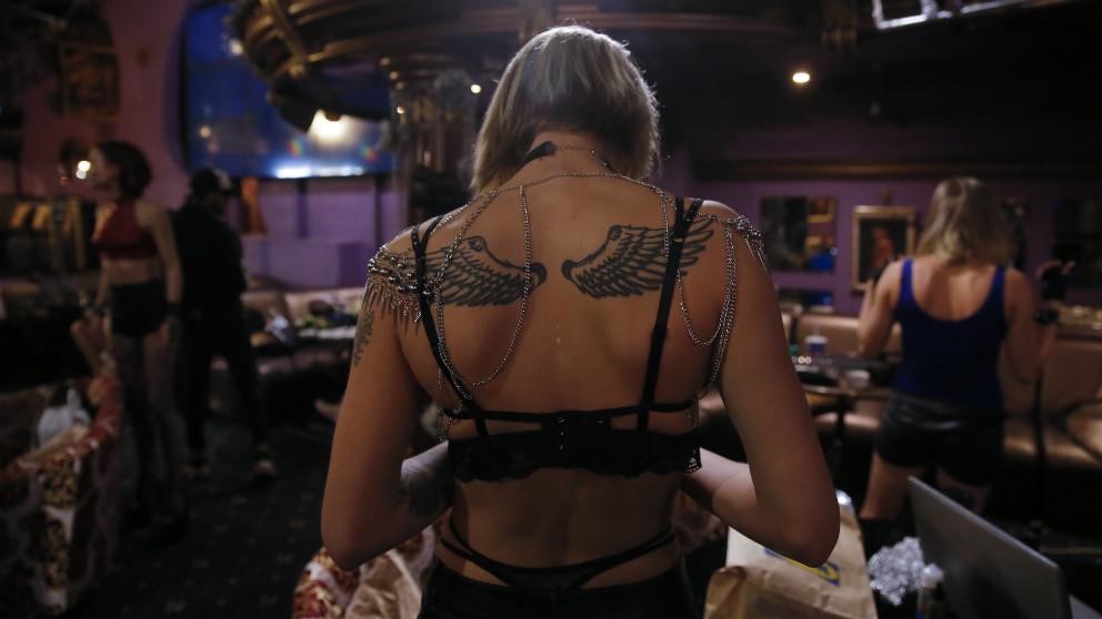 Las bailarinas de strip-tease hacen un descanso en el Golden Girls de Moscú. (AFP)