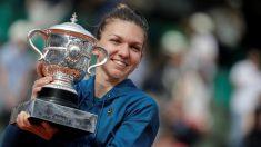 Simona Halep, con el trofeo de campeona de Roland Garros. (AFP)