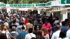 Visitantes en la Feria del Libro de Madrid este domingo (Foto: Efe).
