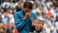 Rafael Nadal llora con la copa de campeón de Roland Garros en sus brazos. (AFP)