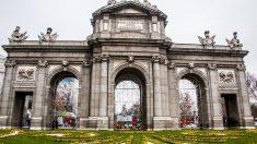 Carlos III y la Puerta de Alcalá que lleva su nombre.
