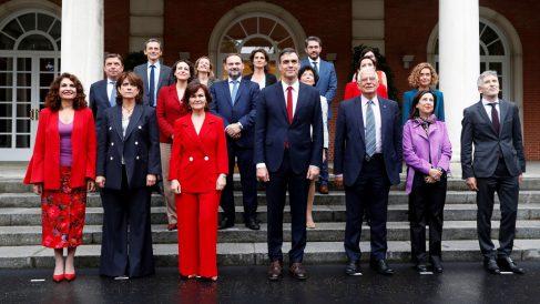 El presidente del Gobierno, Pedro Sánchez, con su equipo de ministros. (Foto: EFE)