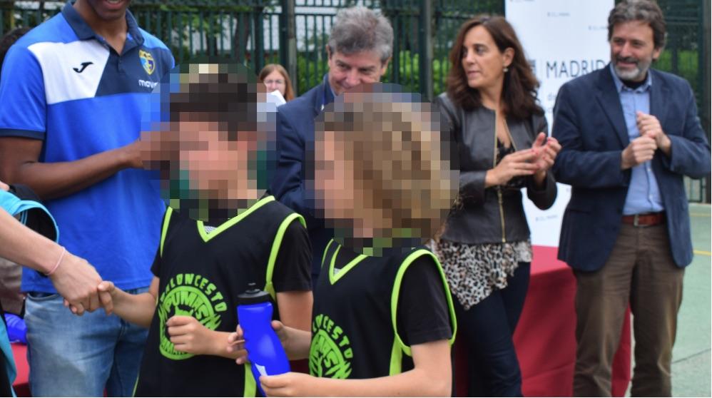 El concejal Mauricio Valiente (drcha.) en la entrega de 'trofeos'. (Foto. Madrid)