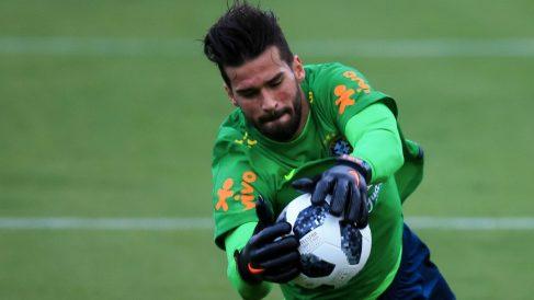 Alisson agarra el balón durante un entrenamiento con Brasil. (Getty Images)