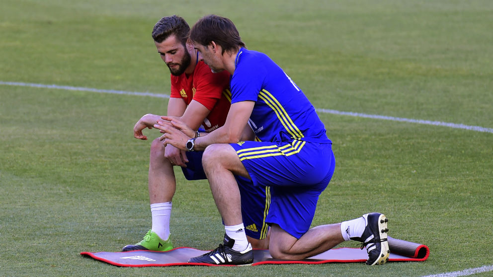 Nacho y Lopetegui charlan en un entrenamiento. (AFP)