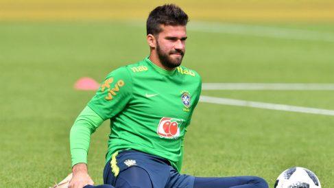 Alisson durante un entrenamiento con Brasil. (AFP)