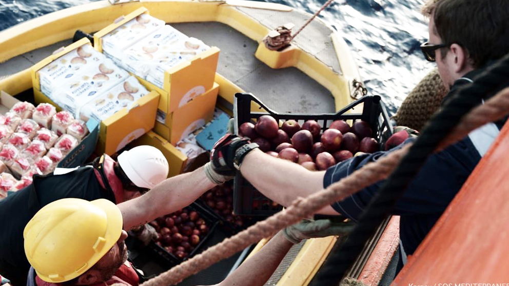Voluntarios llevan comida a los tripulantes del Aquarius. (Foto: SOS Mediterranée)