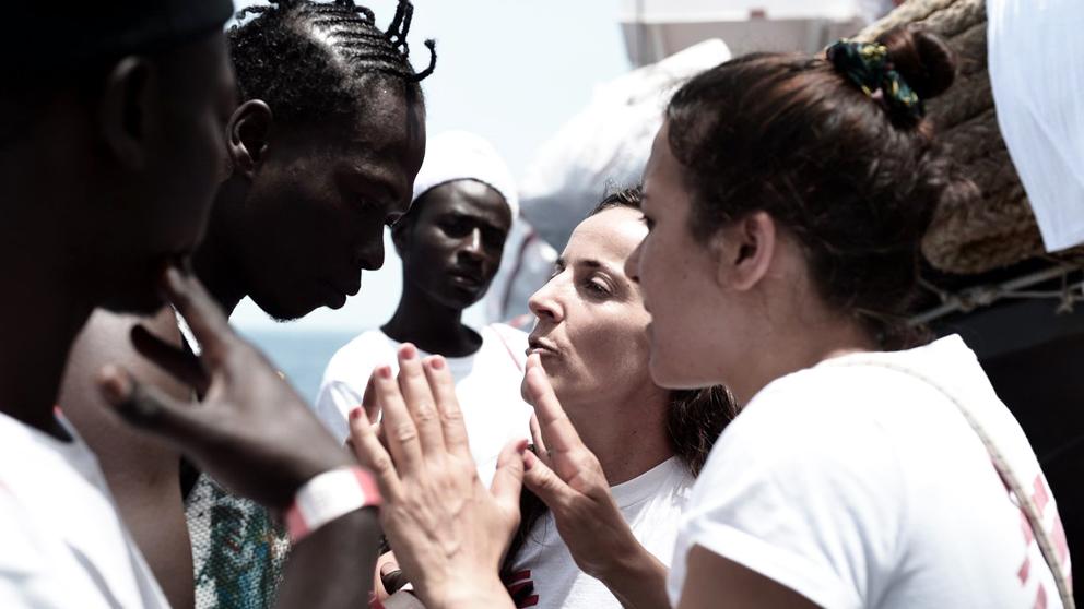 Tripulantes del Aquarius recibiendo asistencia de las ONG responsables. (Foto: SOS Mediterranée)