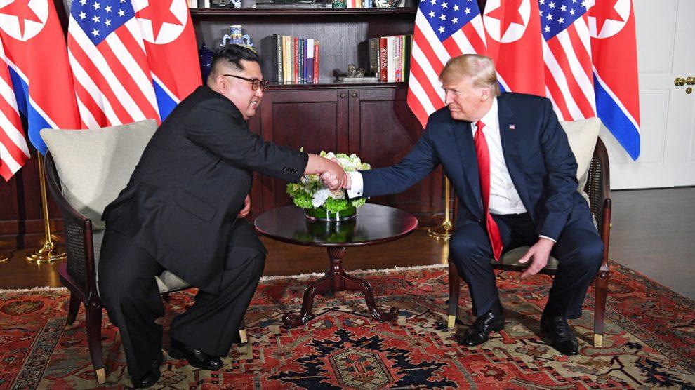 Kim Jong-un y Donald Trump se estrechan la mano en un encuentro histórico. (Foto: AFP)