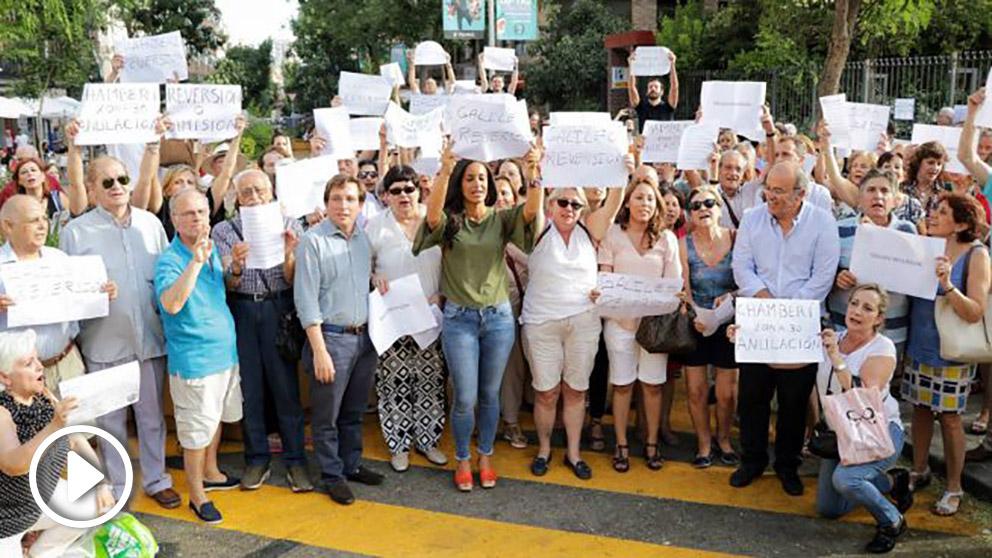 Manifestación contra la semipeatonalización de la calle Galileo.