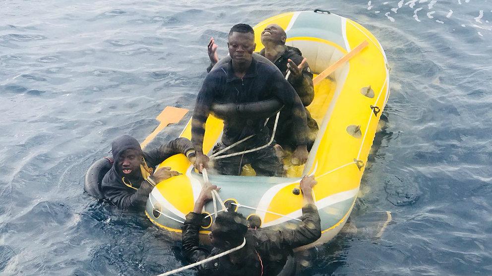Inmigrantes ilegales reciben la ayuda de Salvamento Marítimo.