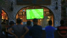 Retransmisión de un partido de fútbol en un bar (Foto:iStock)