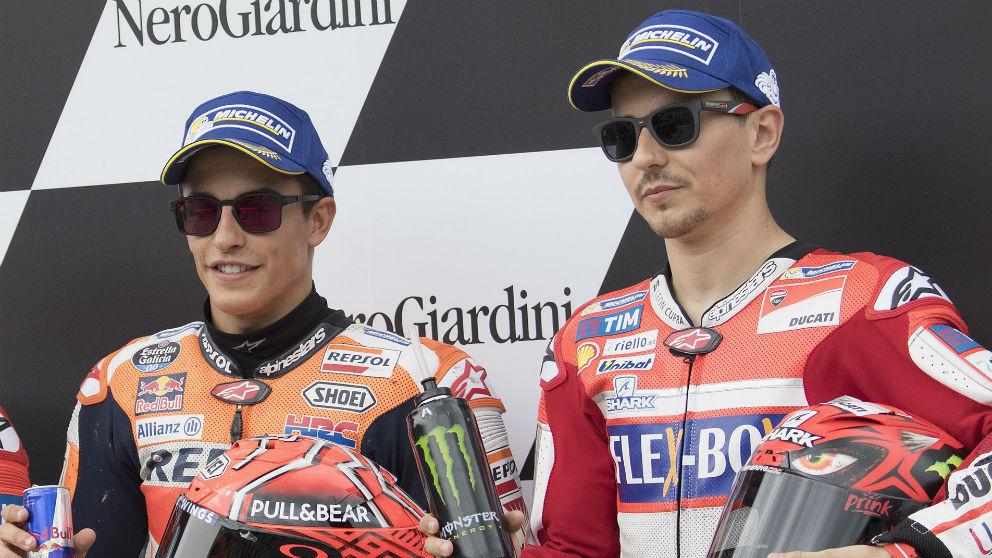 Jorge Lorenzo y Marc Márquez, en el podio. (Getty)