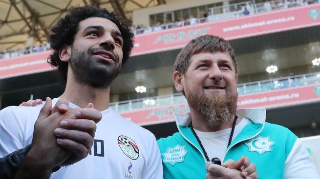 Mundial 2018: Salah desata la polémica en Chechenia al posar con el presidente Kadirov