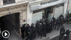 La Policía dispuesta a intervenir en el inmueble de París donde un «loco» ha tomado rehenes.