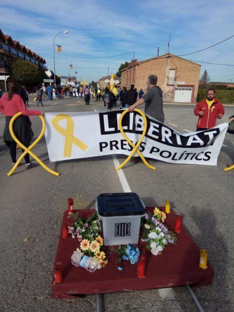 Otra payasada 'indepe': procesión por los presos con bolsas de basura amarillas como capirotes
