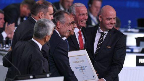 Infantino, presidente de FIFA, junto a los representantes de la candidatura de México, Canadá y Estados Unidos al Mundial 2026. (AFP)
