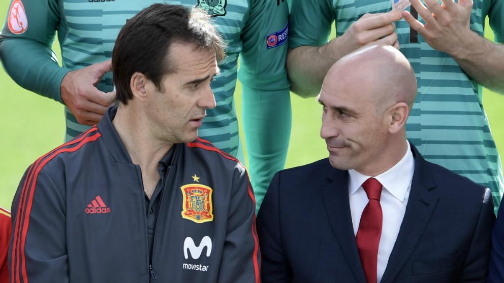 Luis Rubiales junto a Julen Lopetegui, en la foto oficial de la selección española. (AFP)