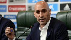 Luis Rubiales atiende a los medios de comunicación. (AFP)
