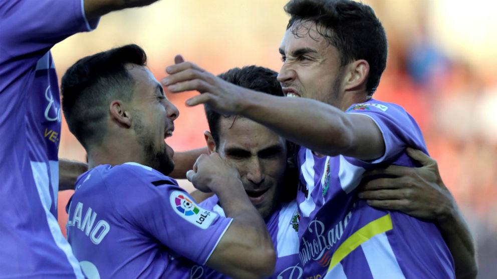 Los jugadores del Valladolid celebran uno de los goles frente al Numancia. (EFE)