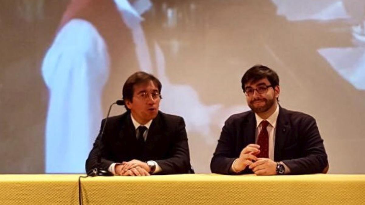 José Manuel Albares (izda.) en una conferencia (RRSS).