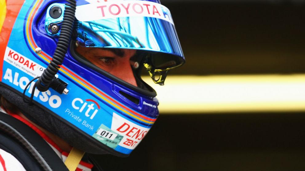 Fernando Alonso, en el box, espera a su oportunidad.