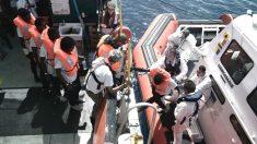 Inmigrantes del 'Aquarius' siendo trasladados a otro barco, en julio.