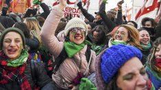 Celebración en las calles de Argentina de la despenalización del aborto. (Foto: AFP)