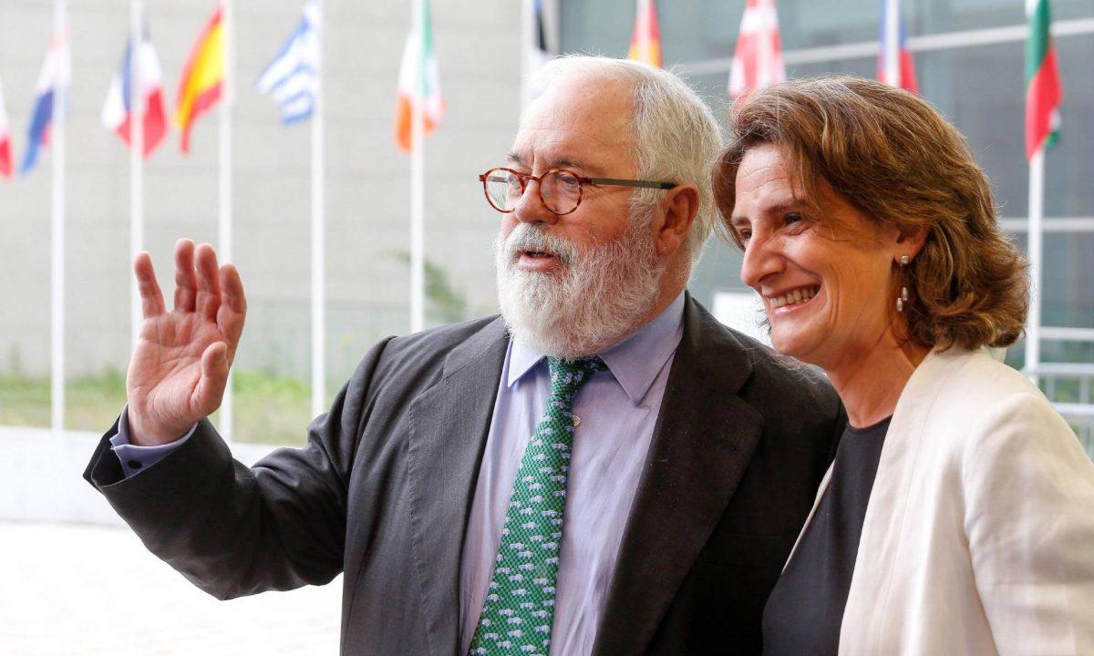 El comisario europeo Miguel Arias Cañete y la ministra de Transición Energética Teresa Ribera (Foto. EFE)