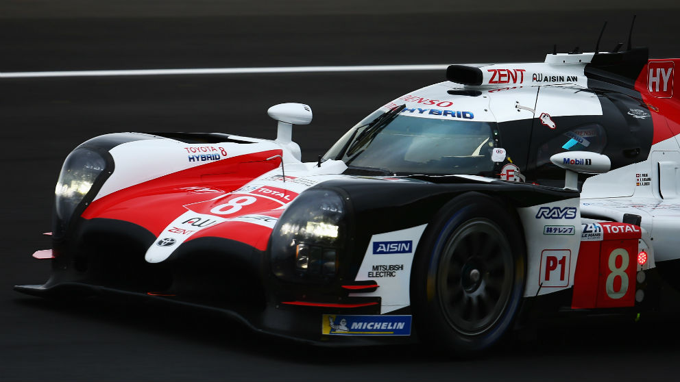 Fernando Alonso y sus compañeros de equipo Kazuki Nakajima y Sebastian Buemi ganaron las 24 horas de Le Mans. (Getty)