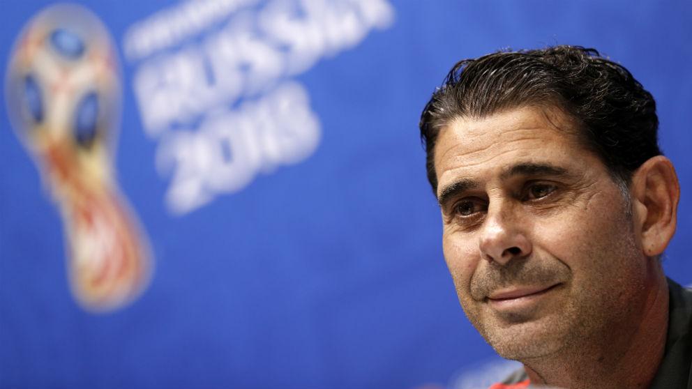 Fernando Hierro durante una rueda de prensa. (AFP)