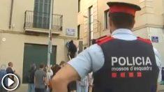 Los CDR de Tarrasa cambiando el nombre de la calle de 'Paseo de Egara' por 'Paseo del 1 de octubre' con la permisividad de los Mossos (Foto: 'Canal Terrassa')