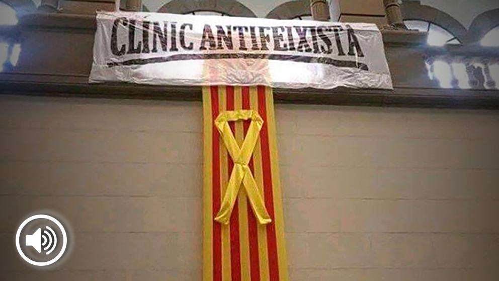 Esta pancarta colgada a la entrada del Hospital Clínico de Barcelona ha provocado multitud de quejas