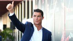 Cristiano Ronaldo saluda a sus seguidores. (Getty)