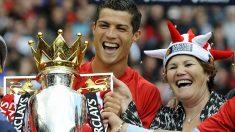 Cristiano-Ronaldo, junto a su madre, cuando-conquistó-la-Premier-League-como-jugador-del-Manchester-United-(AFP)