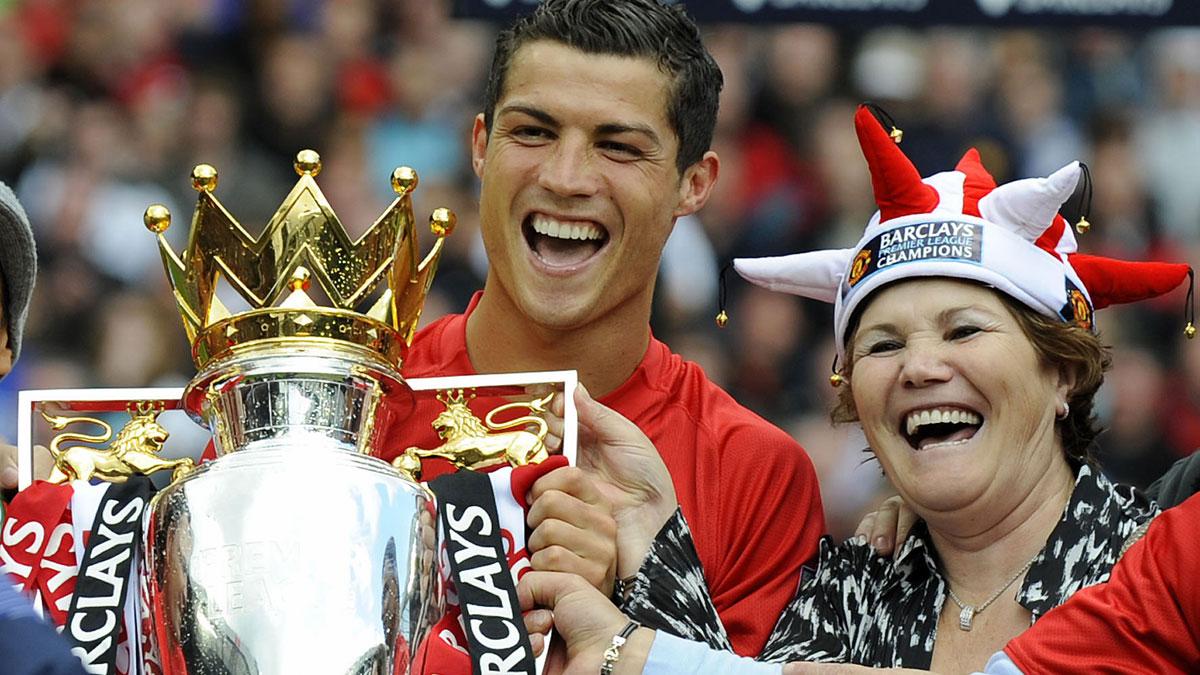 Cristiano Ronaldo, junto a su madre, cuando conquistó la Premier League como jugador del Manchester United. (AFP)