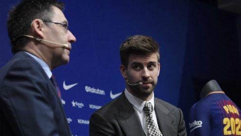 Gerard Piqué, junto a Bartomeu en el acto de su renovación. (AFP)