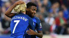 Griezmann y Lemar se abrazan en un partido con la selección de Francia. (AFP)