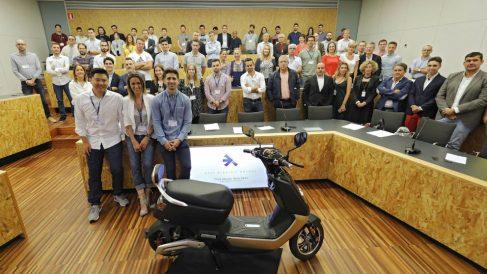 Los integrantes de Next Electric Motors tras presentar el modelo (Foto: Next)